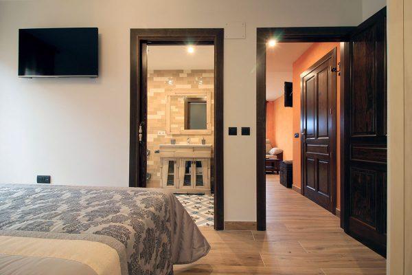 Apartamento Estrepero: Dormitorio de matrimonio con acceso directo al baño.