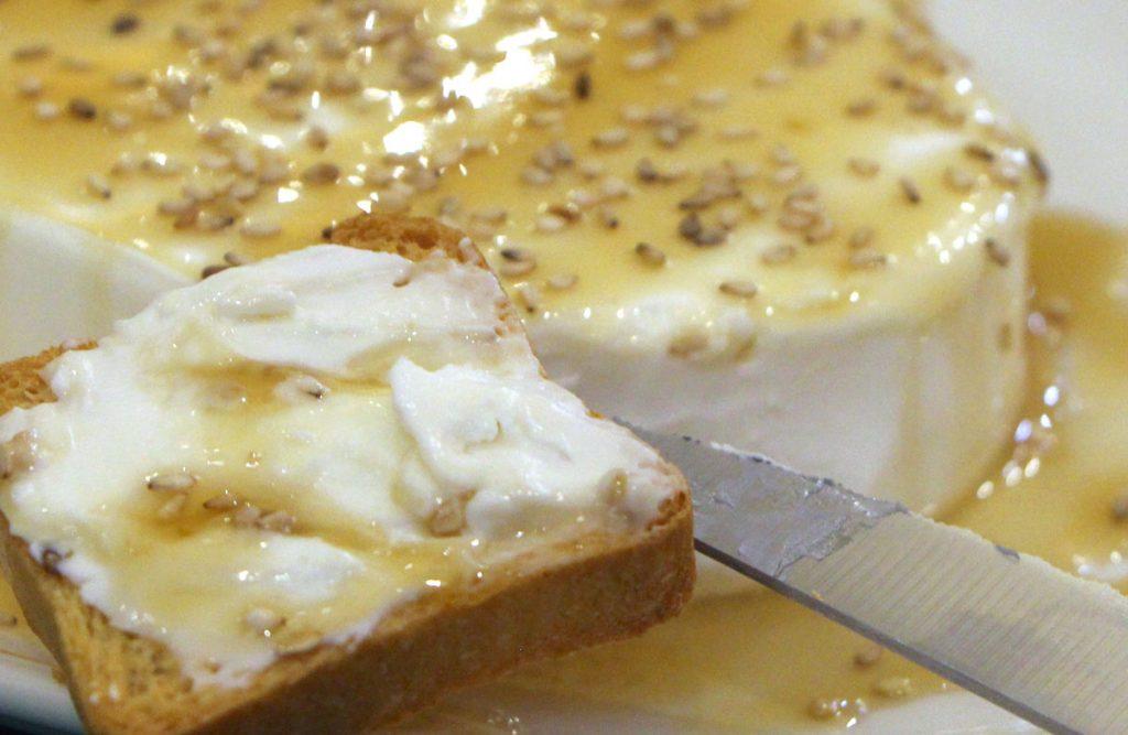 Queso cremoso con sésamo y miel