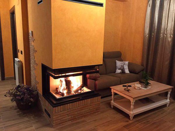 Apartamento Canela: Salón con chimenea de leña.
